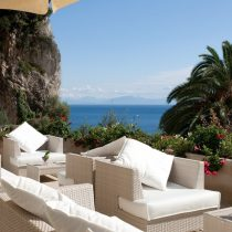 Kampanien_GH Convento Amalfi Bar_Lounge_area_by_the_swimming_pool_T_NH_collection-grand-hotel-convent_059_med