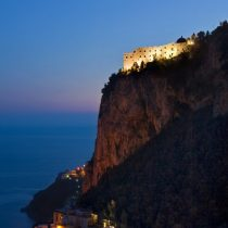 Kampanien_Hotel Monastero_MSR-Cliff-View-Night